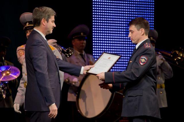 На торжественной церемонии наиболее отличившиеся сотрудники МВД получили благодарственные письма губернатора.