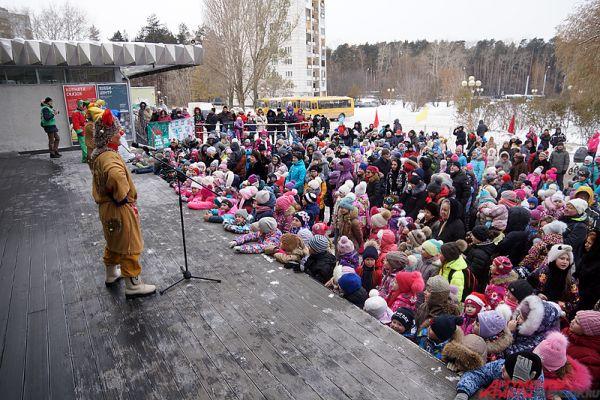 Посмотреть на новогоднего волшебника пришли сотни горожан.