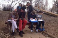 Малыши с удовольствием рисовали мост через Урал.