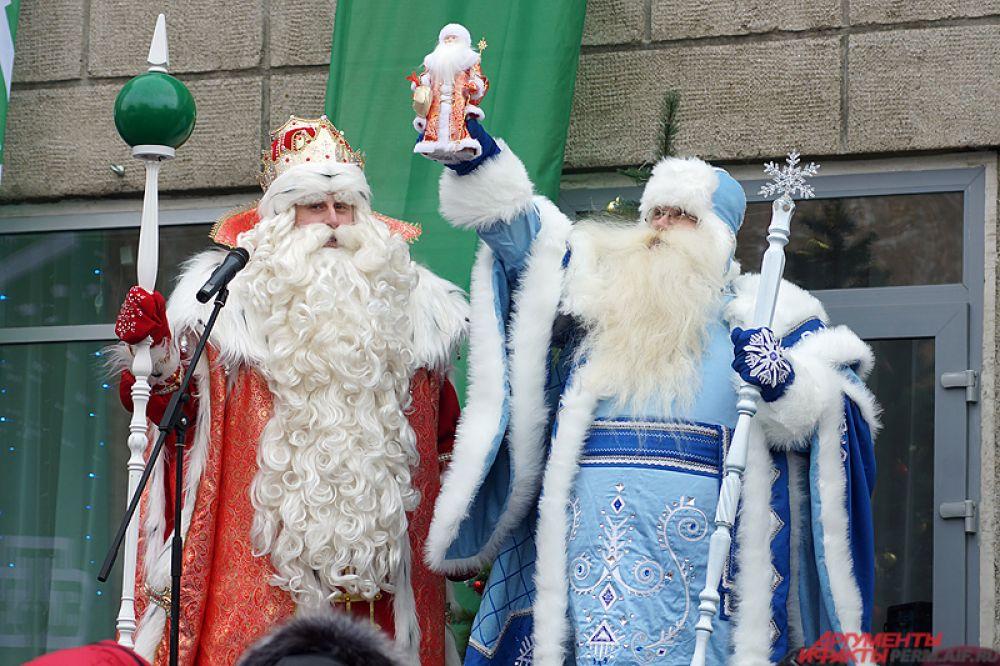 Волшебник в торжественной обстановке передал новогодний символ пермскому Деду Морозу.