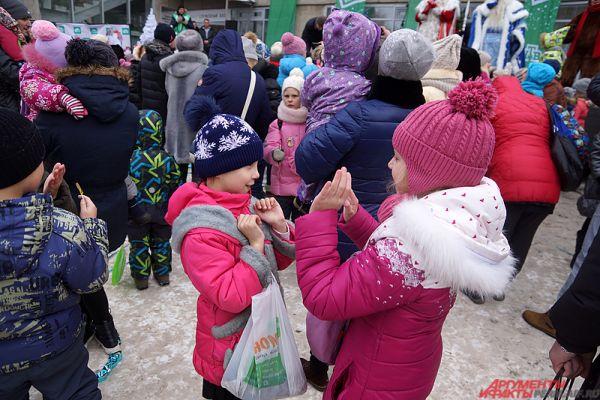 Дети играли в ладушки, а также участвовали в весёлых конкурсах от главного волшебника страны.
