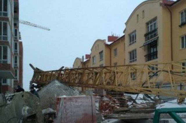 Настроителя воЛьвове упал кран нановостройке