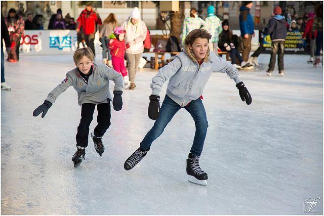 Размяться на льду приятно и взрослым, и детям.