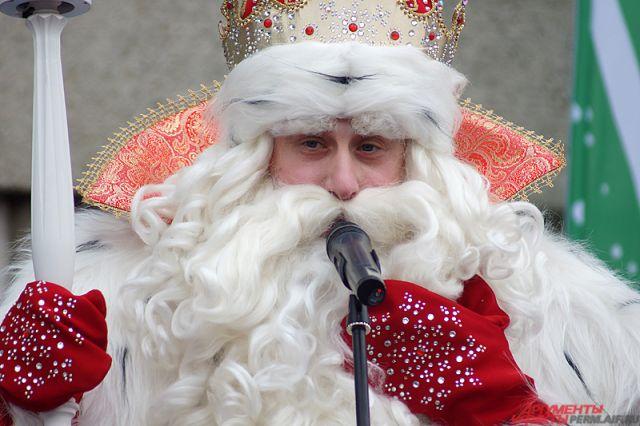 Дед Мороз отмечает свое день рождения.