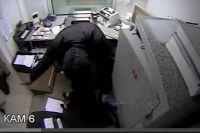 Многие грабители не подозревают, что их снимает скрытая камера.