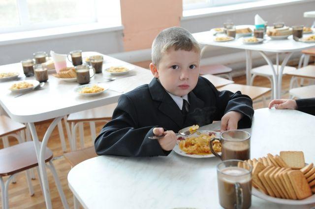 Теперь школьники сами выбирают то, чем им перекусить между уроками.