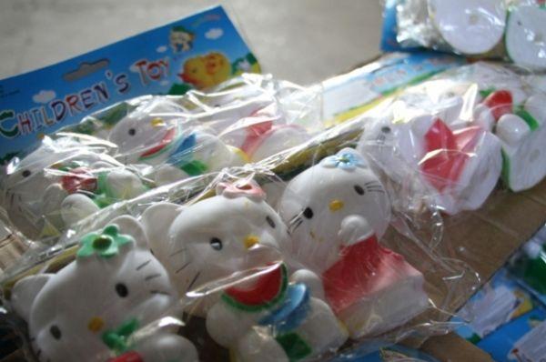 Это были мягконабивные и пластиковые игрушки, наборы бижутерии для девочек и рюкзаки, на которых находились обозначения, сходные с изобразительными товарными знаками «Hello Kitty», «Свинка Пеппа» и «Monster High».