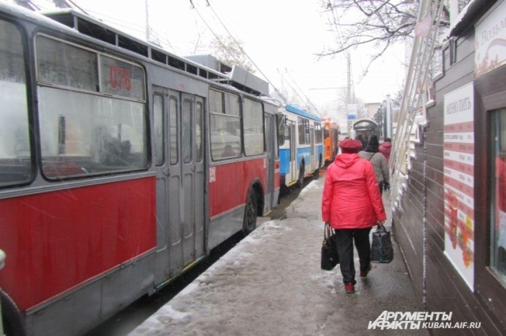 На улице Октябрьской утром из-за обрыва провода встали троллейбусы.