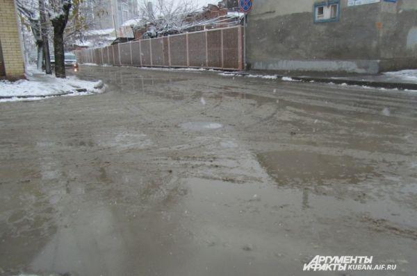 На дорогах снега уже нет, только грязная жижа.
