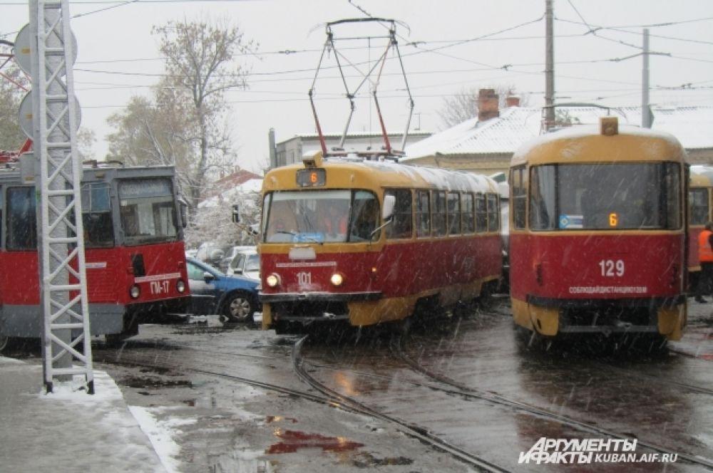 Трамваи тоже выстроились в очередь на перекрестке улиц Горького и Кирова.