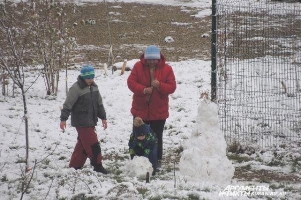 Дети уже лепят снеговиков.