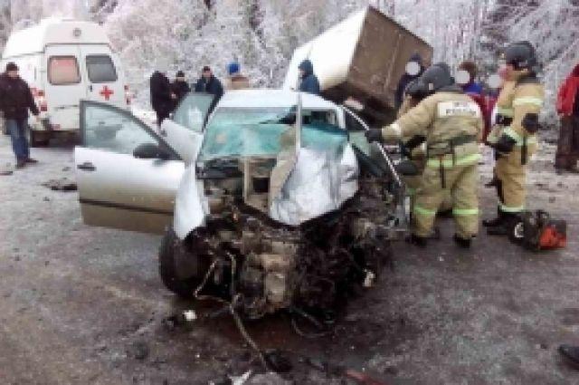 ВНижегородской области шофёр  Сеат  умер , врезавшись в грузовой автомобиль