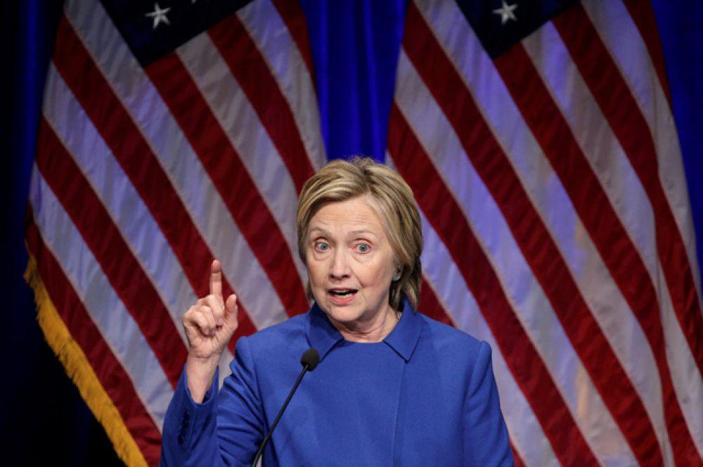 «На минувшей неделе были времена, когда все, чего мне хотелось, — это свернуться калачиком и никогда не выходить из дома», — сказала Клинтон.