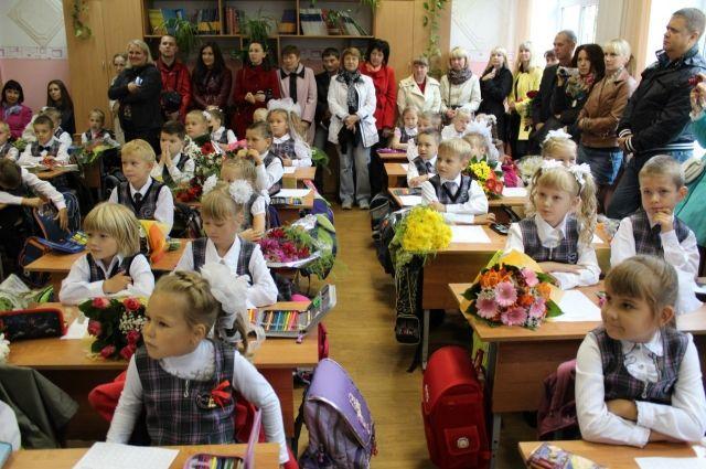 В этом году на школьной форме учеников гимназии появилась новая эмблема - Ломоносовская