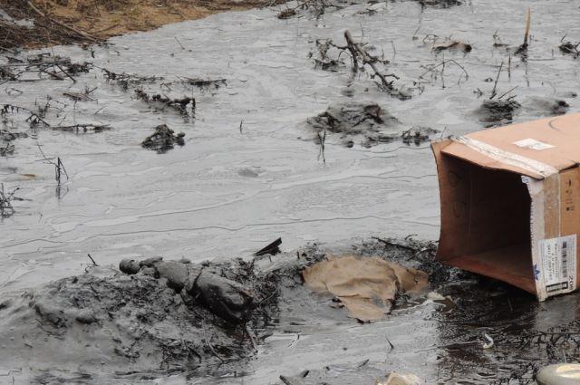 ВПетербурге отыскали бочку с200 тоннами нефтяных отходов