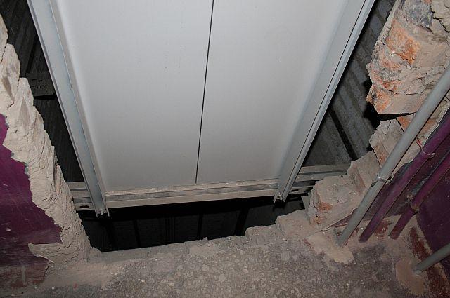 Труп обнаружили у лифта.