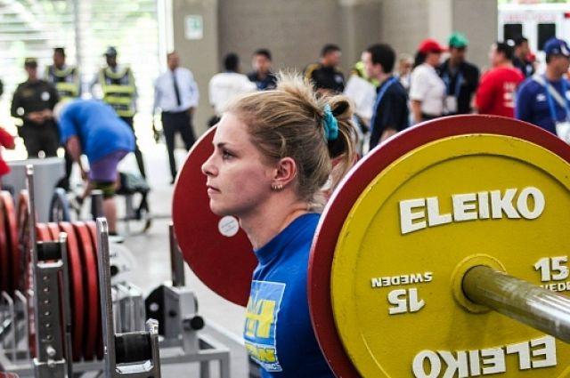 Украинка установила мировой рекорд поприседанию соштангой
