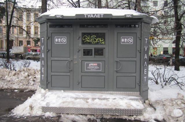 Власти рекомендуют посещать туалеты в кафе и на рынках.