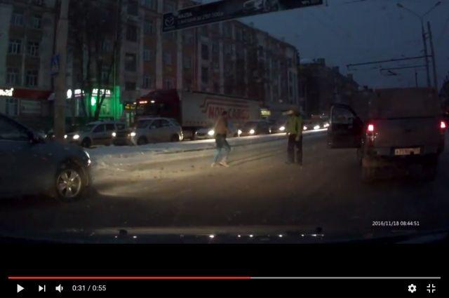 Свидетели: вПерми шофёр избил пешехода напроезжей части