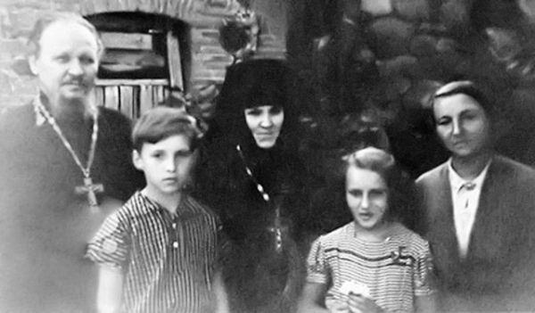 Отец Михаил Гундяев, сын Володя — будущий Святейший Патриарх Кирилл, игумения Пюхтицкого монастыря Ангелина (Афанасьева), дочь Лена, матушка Раиса. 1950-е годы.