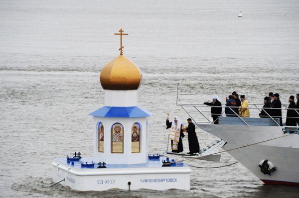 Освящение плавучей часовни-маяка на месте слияния рек Иртыш и Обь, Ханты-Мансийский автономный округ. 19 сентября 2013 год.
