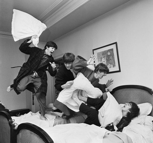 Эту четверку знают, наверное, все. Группа The Beatles устроила на фото бойню подушками. Снимок был сделан в 1964-м