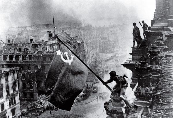 В список тех, кто сделал самые влиятельные фото попал также и украинец Евгений Халдей, который запечатлел поднятие флага над Рейхстагом советскими военными в 1945 году, как символ того, что война наконец закончилась
