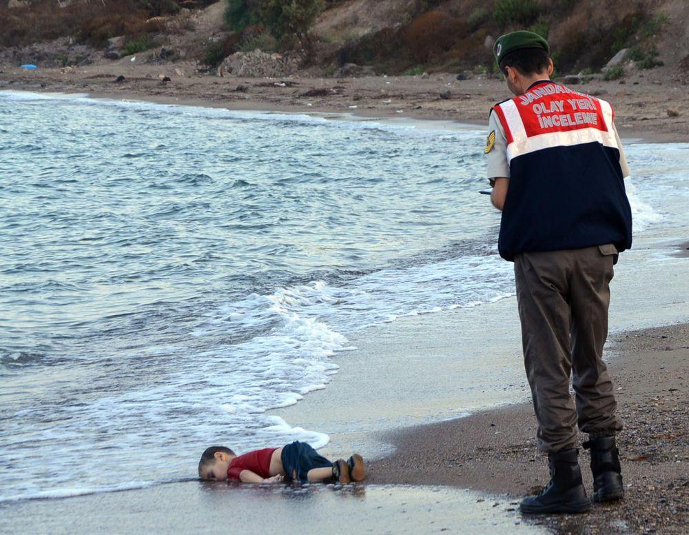 Изображение было сделано в 2015 году на одном из турецких пляжей. Здесь запечатлен ребенок, которого бросила его семья, которая пыталась сбежать в Грецию от войны в Сирии. К сожалению, семья и ребенок погибли