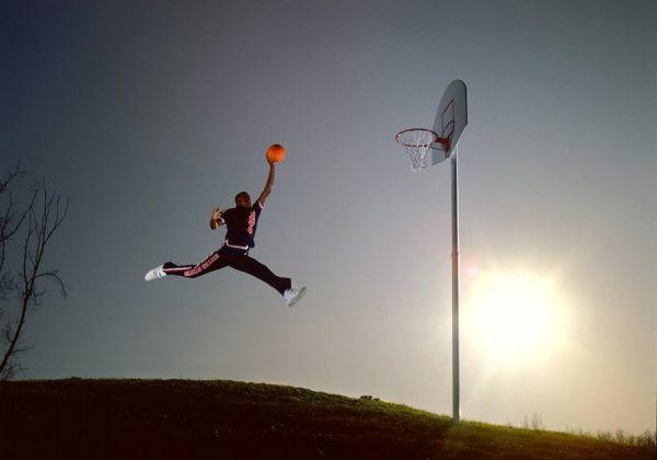 Взглянув на это фото, вы теперь точно сможете сказать, откуда появился известный логотип на кроссовках. На фото Майкл Джордан, который считается настоящей легендой мирового баскетбола. Этот момент был запечатлен в 1984 году