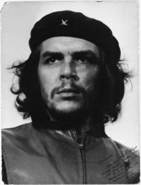 Это фото было сделано в 1960-м. Здесь изображен известный кубинский революционер Че Гевара