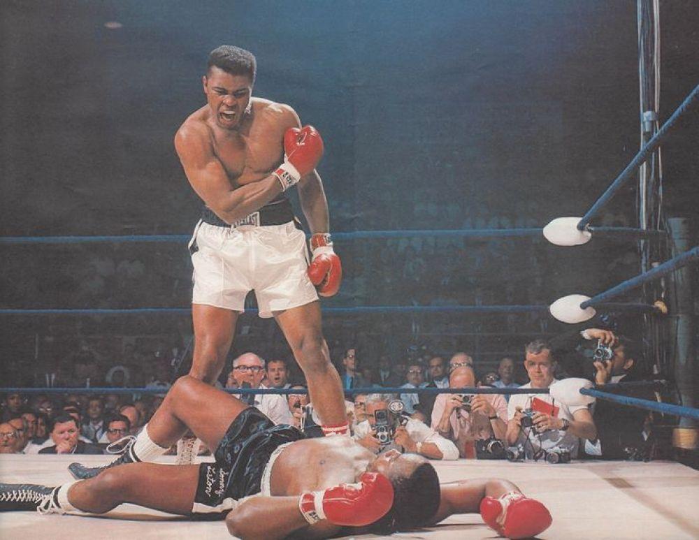 Все, кто хоть немного интересовались боксом, знают, что это Мухаммед Али, боксер, которого знают все. Фото было сделано в 1965-м