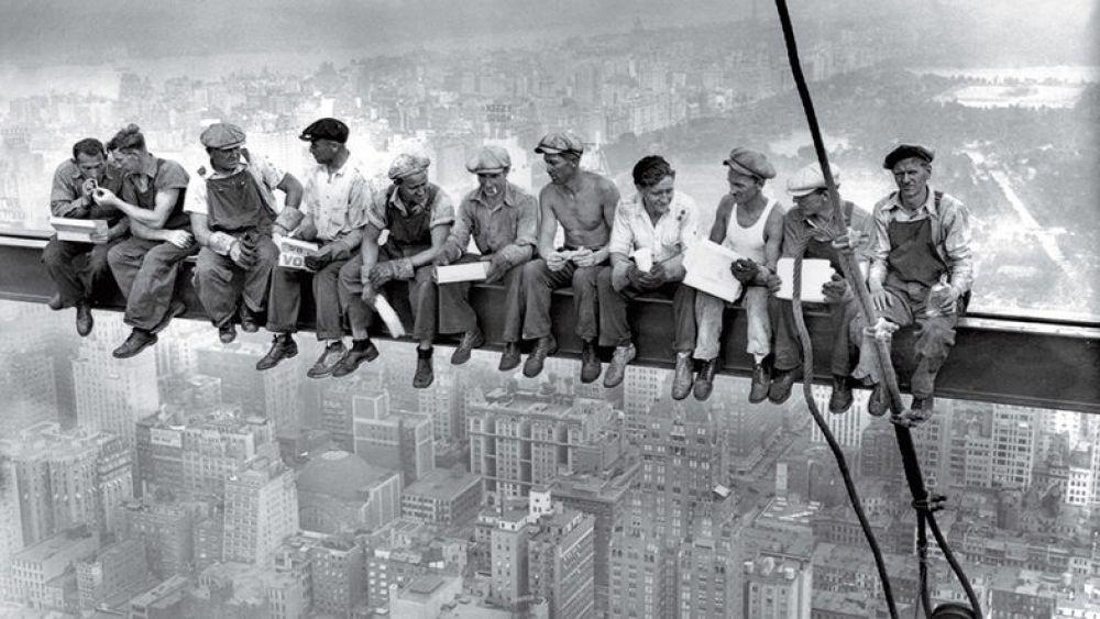 «Обед на верху небоскреба». Именно так неизвестный автор назвал это впечатляющее фото, которое было сделано в 1932 году над Манхэттеном