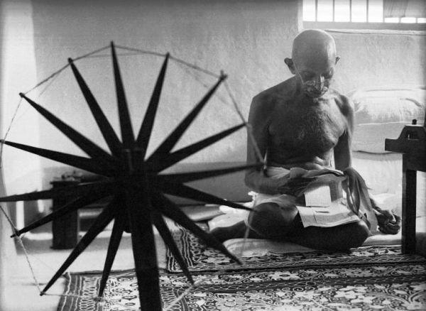 А здесь мы видим Махатму Ганди в тюрьме. Фото было опубликовано в 1946-м