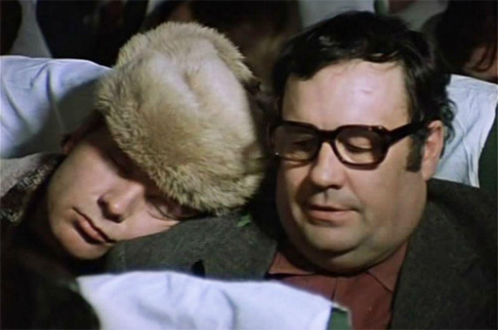 Новогодний хит советской эпохи «Ирония судьбы, или с легким паром!». Зритель увидел фильм в 1975 году. А Эльдар Рязанов снялся в этой киноленте в эпизодической роли. Мы можем увидеть его в лице терпеливого пассажира самолета, на плече которого спал не совсем трезвый Женя Лукашин.