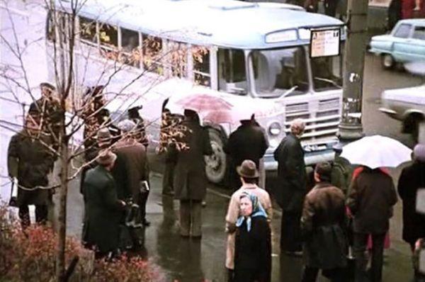 «Служебный роман», 1977 год. Можно сказать, что в этой киноленте Эльдар Рязанов снимался в массовке. Он исполнил роль незаметного пассажира автобуса. Кстати, знаменитая песня из этого фильма «У природы нет плохой погоды» была написана на стихи Рязанова.