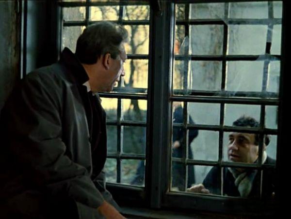 Юмористическая пародия на гангстерский фильм «Старики разбойники» 1971 год. Эльдар Рязанов сыграл эпизодическую роль прохожего, который общался с Юрием Никулиным через тюремное окно.