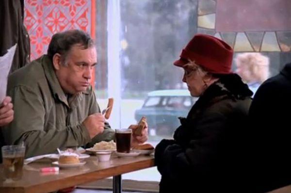 «Небеса обетованные», 1991 год. Эльдар Рязанов в роли человека в кафе.