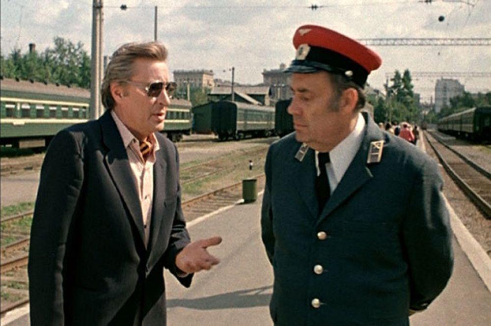 «Вокзал для двоих», 1982 год. Эльдар Рязанов предстает в роли заместителя начальника железнодорожной станции. Стихи песни для этого фильма «Живем мы что-то без азарта» были написаны Рязановым.