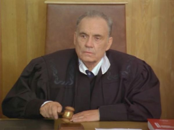«Старые клячи», 2000 года. Рязанов снялся в эпизодической роли судьи. В этом фильме у героя Рязанова всего три реплики, но зато судья весело подпевает главным героиням фильма и выносит им оправдательный приговор.