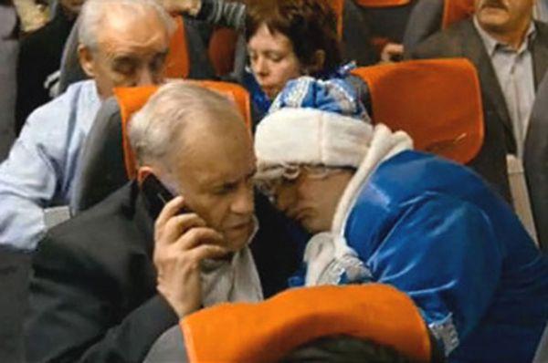 «Ирония судьбы. Продолжение» 2007 год. Здесь Эльдару Рязанову снова пришлось исполнять роль пассажира пьяного соседа, который всю дорогу проспал на его плече.