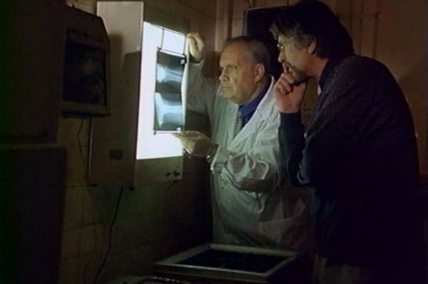 «Тихие омуты», 2000 год. Рязанов исполняет роль врача-рентгенолога, который предупреждает профессора Кашатанова о том, что отделение милиции находится в соседнем дворе, при этом восхищается талантом Каштанова. «Что я могу полагать, если диагноз поставил сам профессор Каштанов», - говорит герой Рязанова, глядя на рентгеновский снимок.