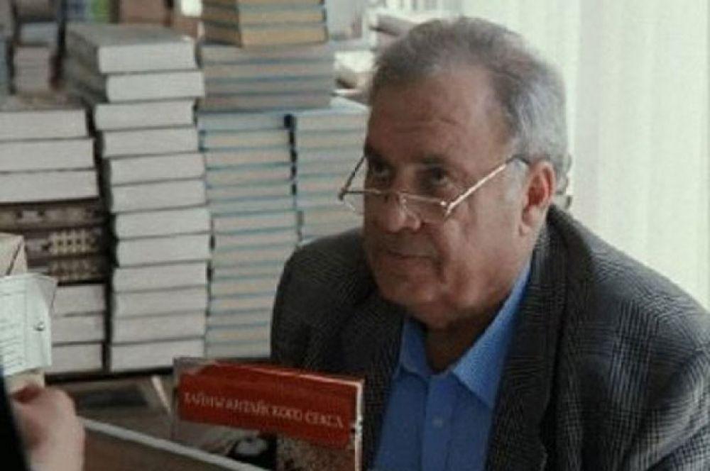 «Привет, дуралей», 1996 год. Эльдар Рязанов в роли Николая Тимофеевича, директора книжного магазина.