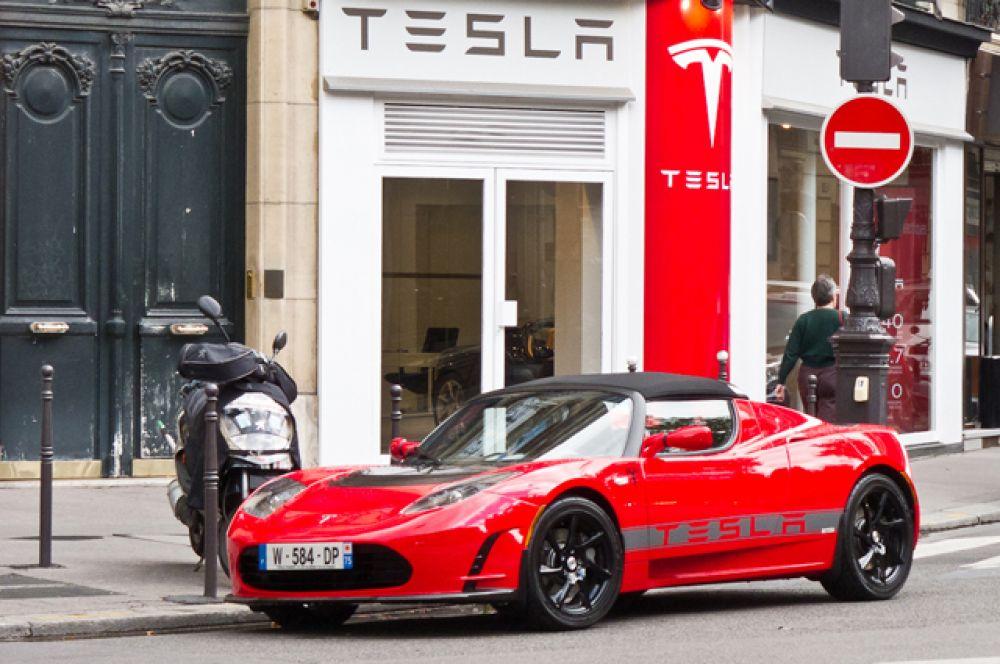 Трамп симпатизирует и автомобилям Tesla. Ему принадлежит модель Roadster.