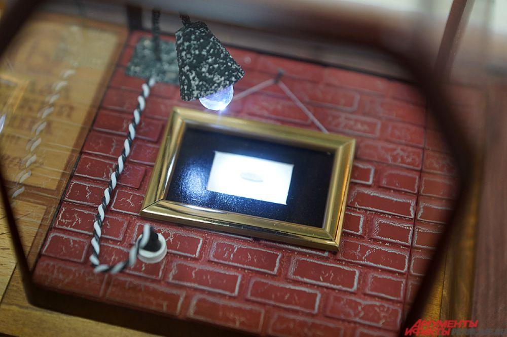 Для удобства также имеется кнопка, после нажатия на которую микроминиатюры подсвечиваются с помощью небольшой лампочки.