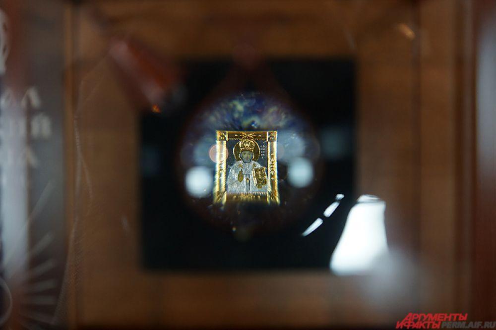 Икона Николая Чудотворца. Её размер - 6 на 8 мм. Создана она из олова, золота и акварели.