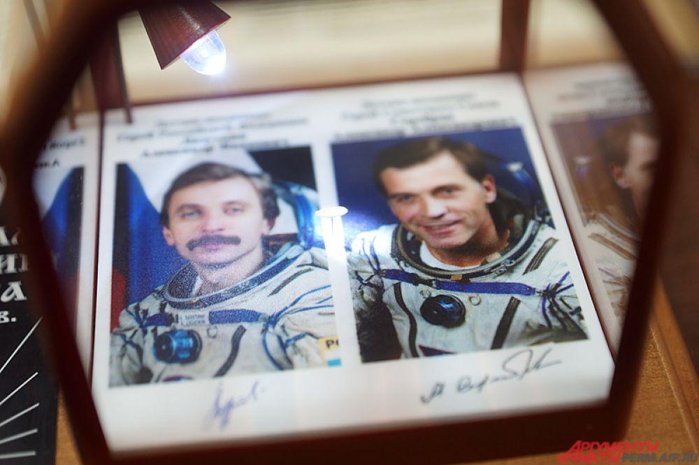 Микроминиатюрные автографы космонавтов Лазуткина и Сереброва располагаются на срезе рисового зёрнышка.