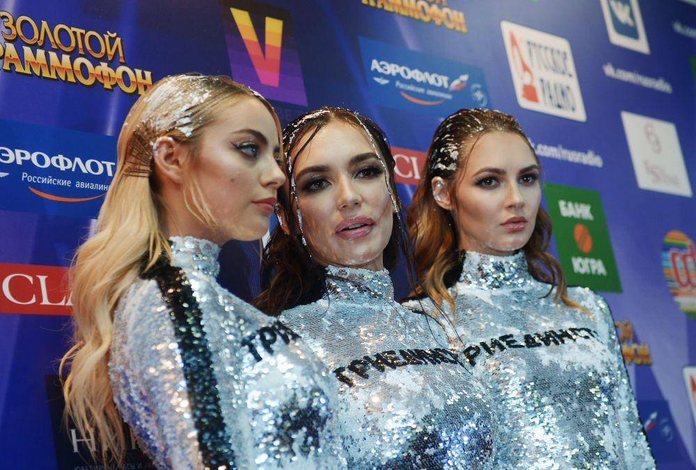 Участницы группы Serebro наXXI Церемонии вручения национальной музыкальной премии «Золотой граммофон» вСК«Олимпийский» вМоскве.