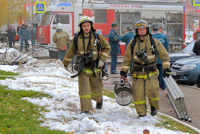 Неменее 70 жильцов эвакуированы измногоэтажки вДятьково из-за пожара
