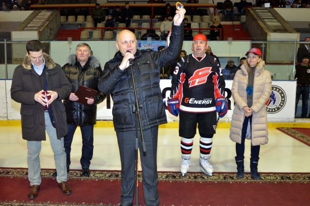 Омский губернатор и сам с удовольствием выходит на лёд.