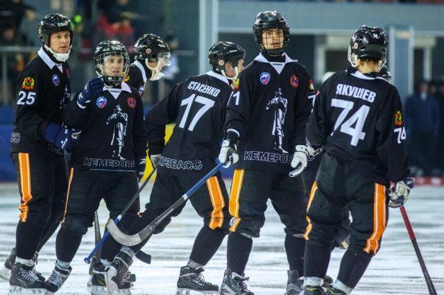 «Кузбасс» одержал первую победу в чемпионате России по хоккею с мячом.